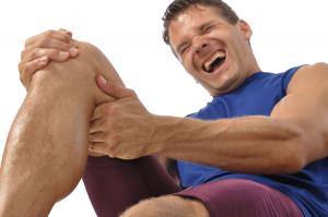 deportista-con-calambre-en-la-pierna