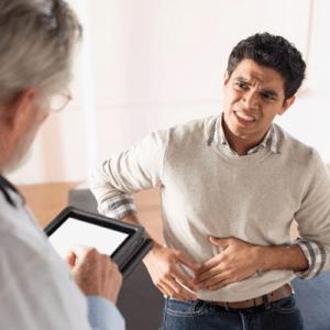 hombre-con-dolor-en-el-hígado-acudiendo-al-doctor