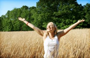 mujer-totalmente-sana-estirando-los-brazos-y-sonriendo