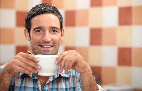 Hombre_bebiendo_cafe