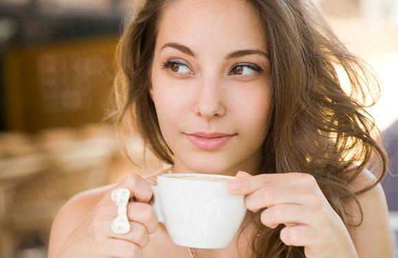 mujer-disfrutando-cafe