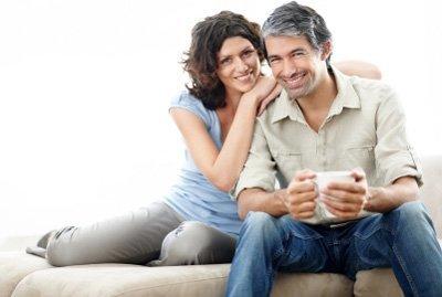 pareja-feliz-bebiendo-cafe