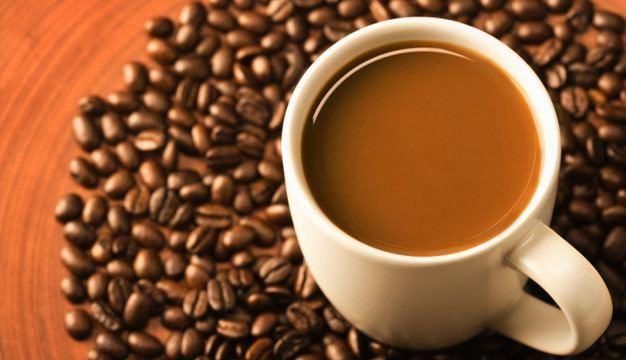 taza-de-cafe-con-granos-alrededor