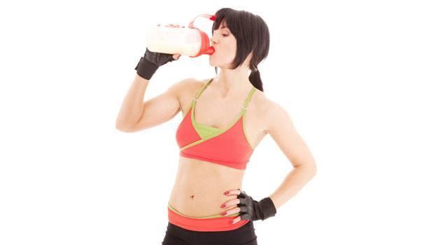 mujer-tomando-proteina