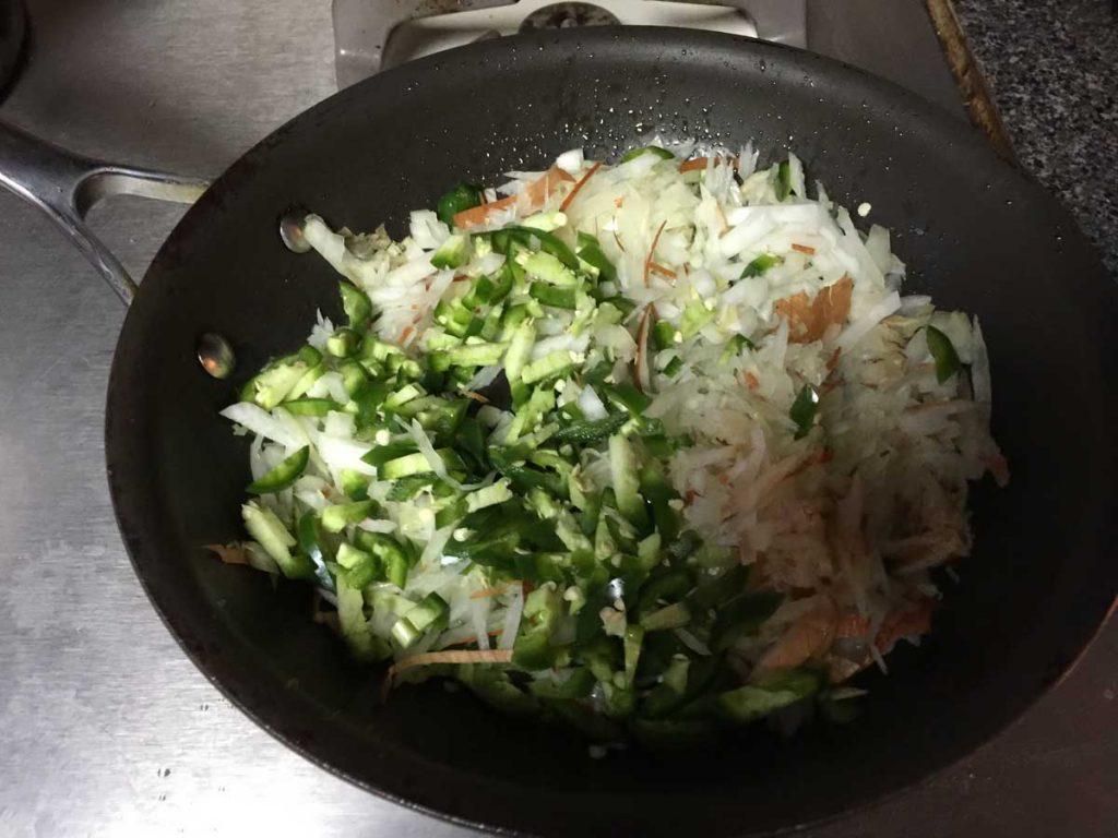cebolla-y-jalapeño-en-una-olla