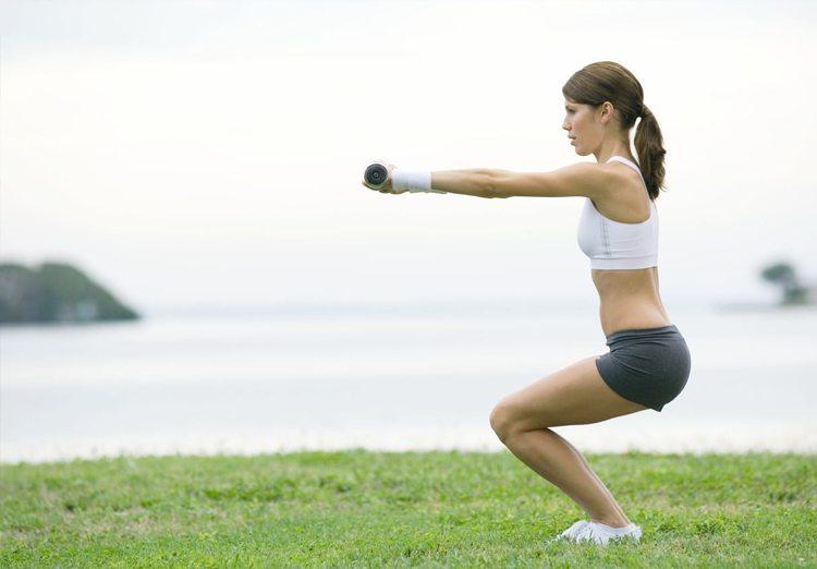 mujer-haciendo-ejercicio-concentrada
