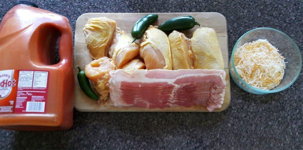 ingredientes-de-la-caserola--de-pollo-con-jalapeño--y-salsa-buffalo