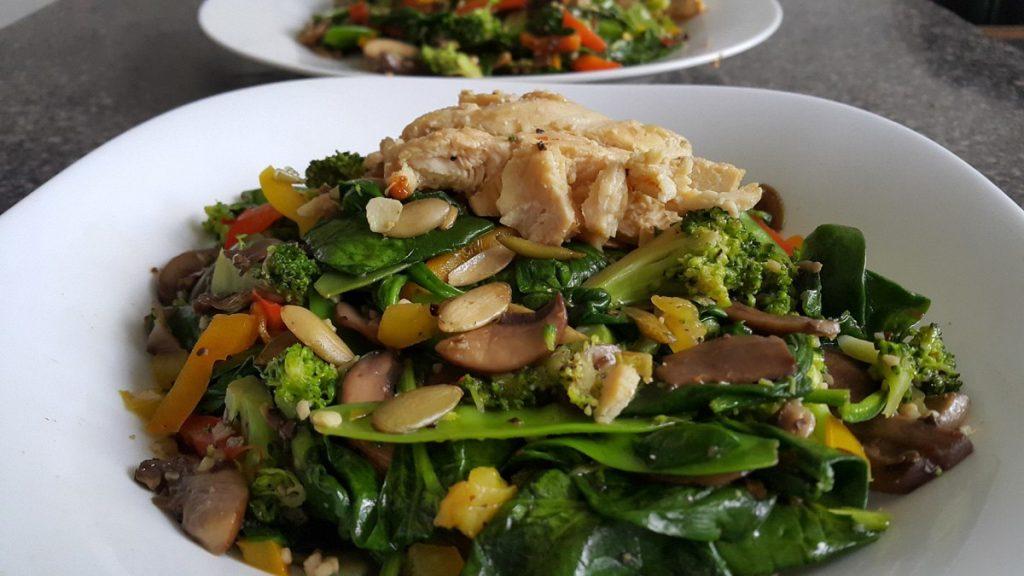 verduras-salteadas-acompañadas-con-pollo-con-pimienta-y-limon