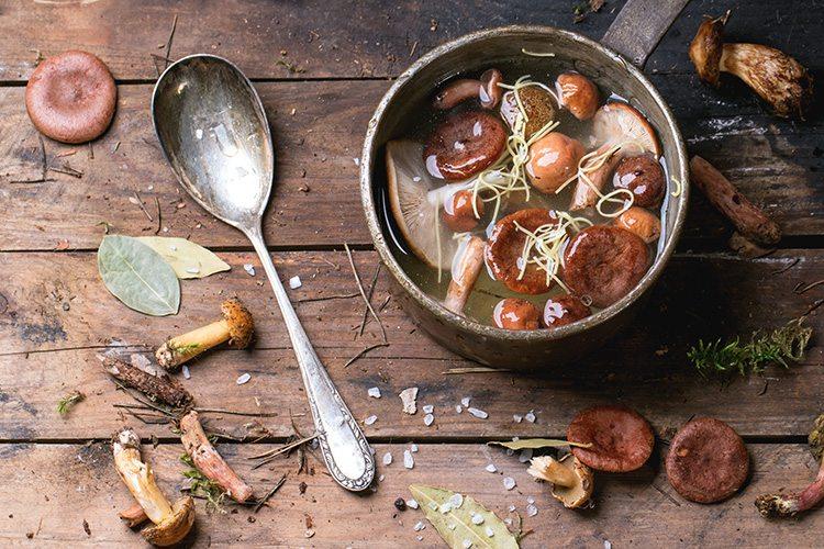 hongos-cocinados-servidos-sobre-madera