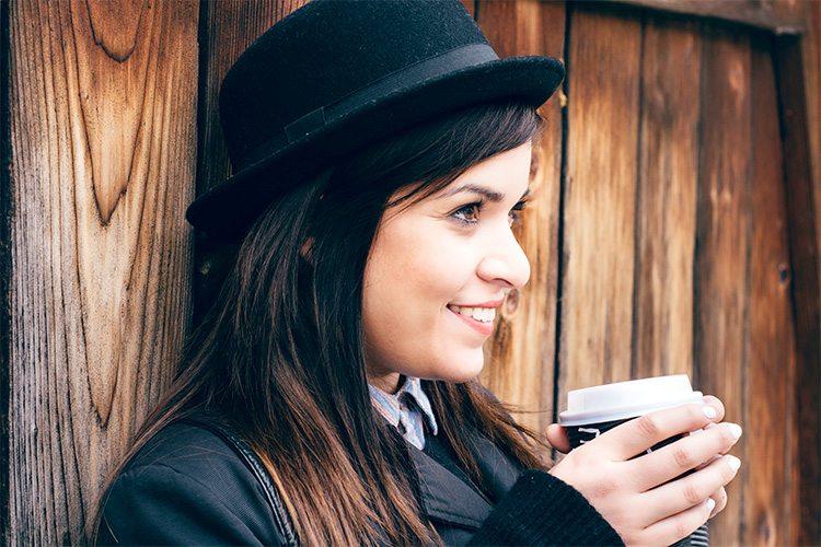mujer-tomando-una-taza-de-cafe