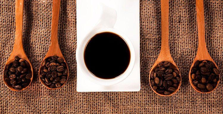 taza-de-cafe-con-cucharas-con-granos-de-cafe