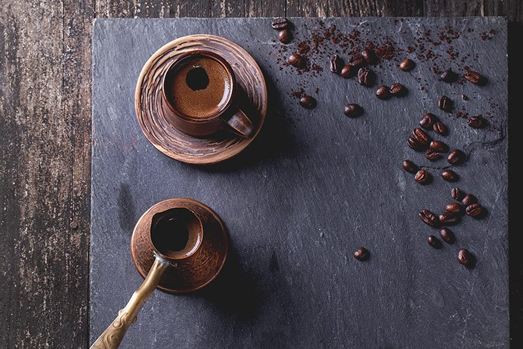 taza-de-cafe-sobre-un-mantel-azul