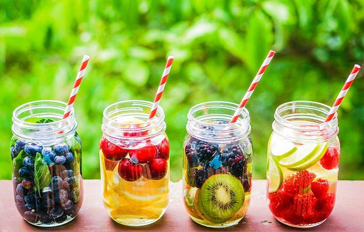 agua-detox-hecha-con-frutas-y-hierbas