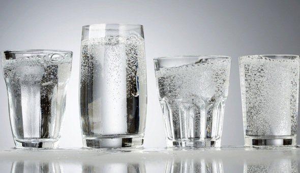 cuatro-vasos-de-agua-mineral-carbonatada