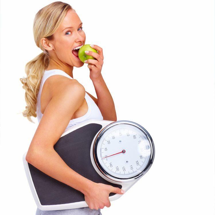 mujer-comiendo-manzana-con-bascula