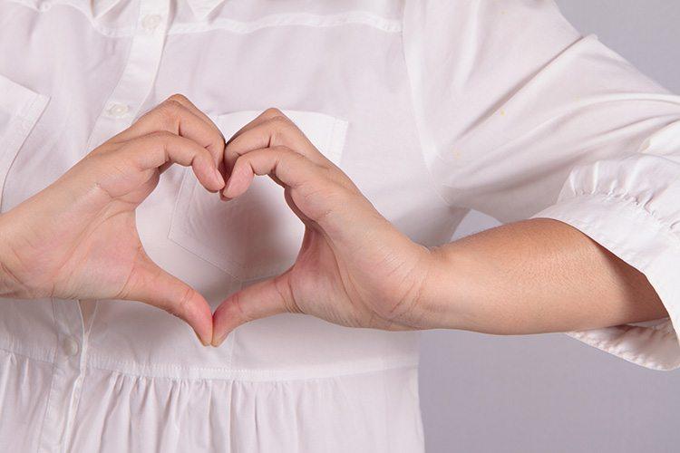 mujer-haciendo-manos-en-forma-de-corazon