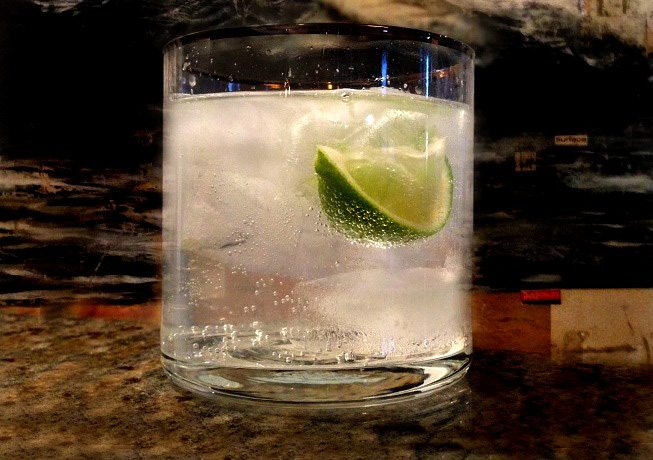vodka-tonic-con-limon