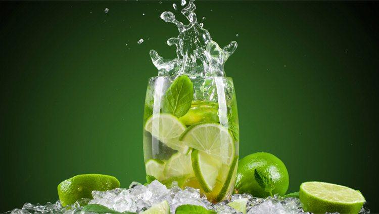agua-de-limon-hielos-limones