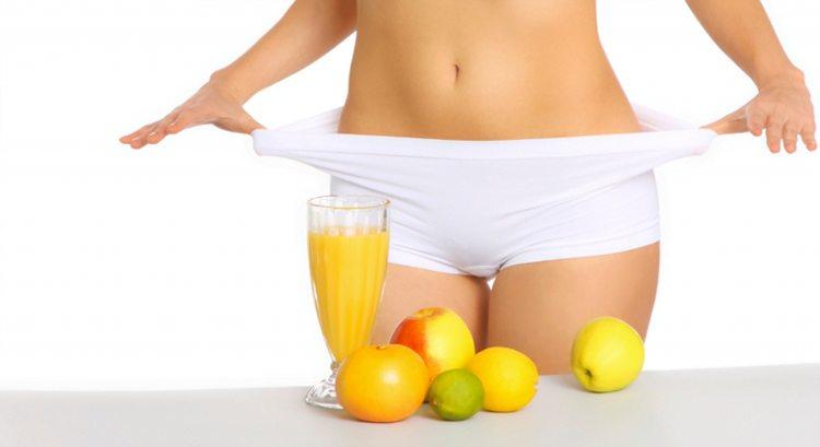 mujer-con-jugo-de-naranja-y-fruta