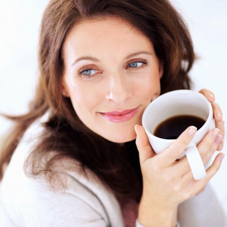 mujer-con-taza-cafe