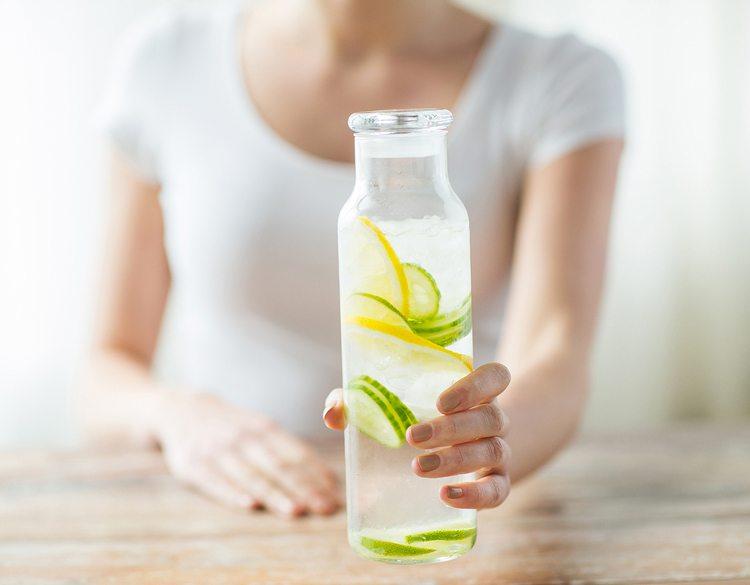 mujer-con-jarra-de-agua-de-limon