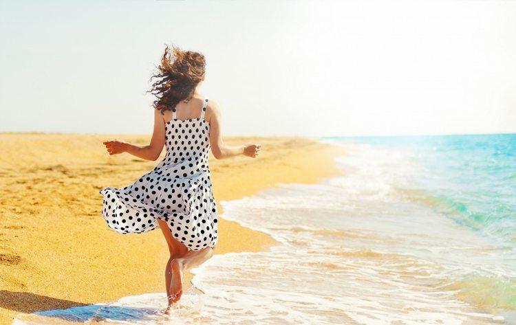 mujer-corriendo-en-la-playa
