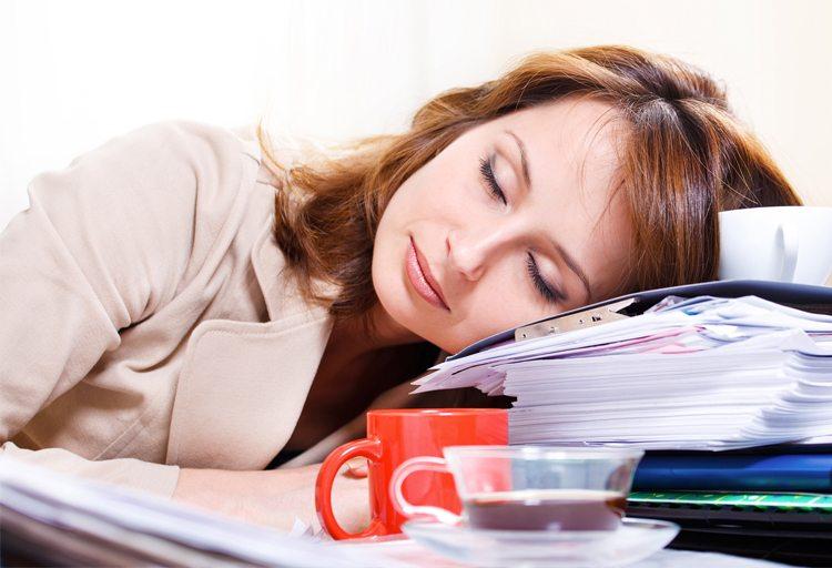 mujer-dormida-sobre-archivos