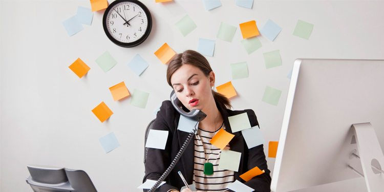 mujer-trabajando-multi-tarea