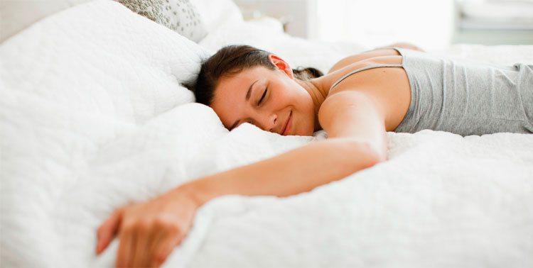 mujer-durmiendo-feliz