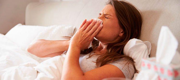 mujer-en-cama-con-catarro