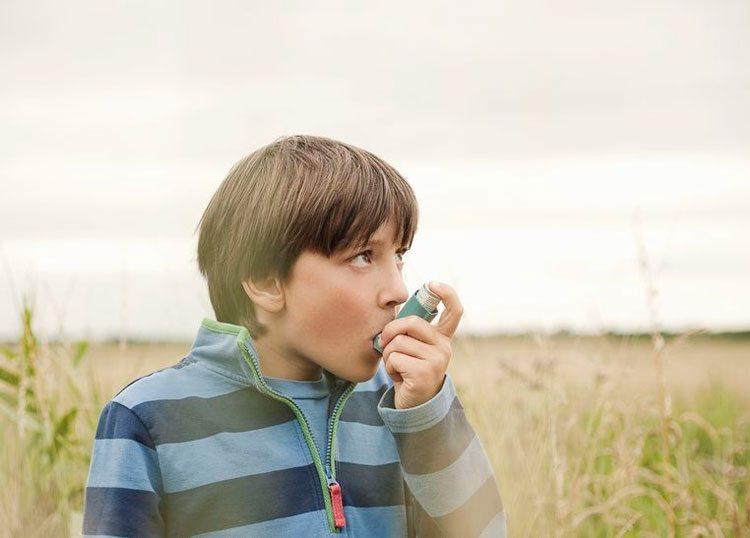 nino-con-asma-en-el-campo