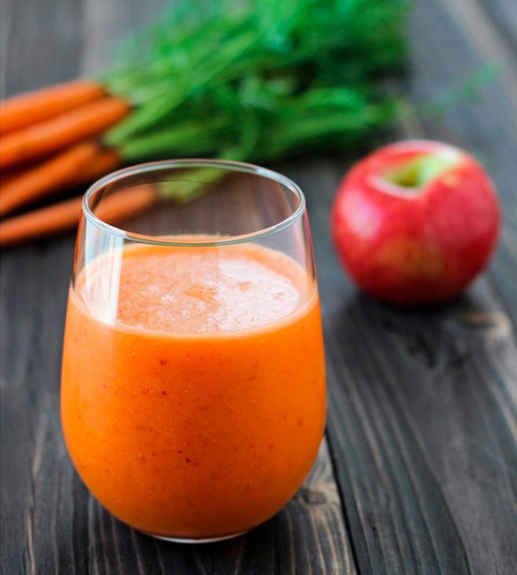 smoothie-de-zanahoria-y-manzana-en-mesa-de-madera